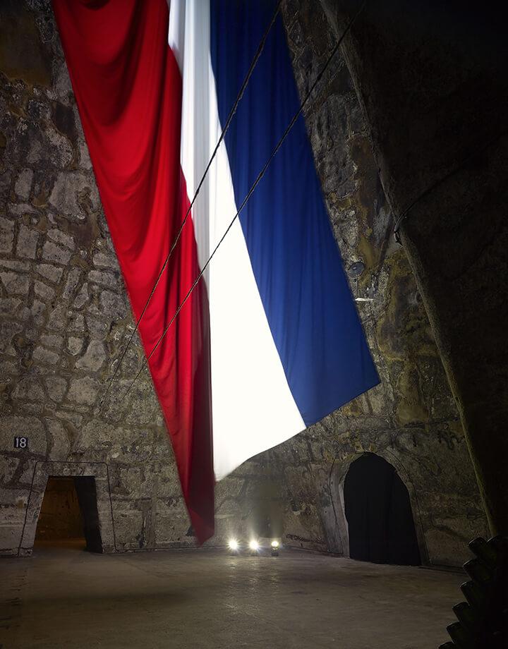 Bertrand Lavier, drapeau français flottant au vent